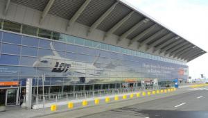 Banner na lotnisku im F. Chopina w Warszawie przedstawiający Dreamliner w barwach PLL LOT
