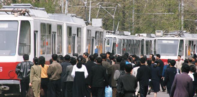 Ludzie wsiadający do tramwaju w Pyonyangu, fot. Bradley K. Martin/Bloomberg