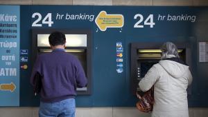 Klienci przy bankomatach