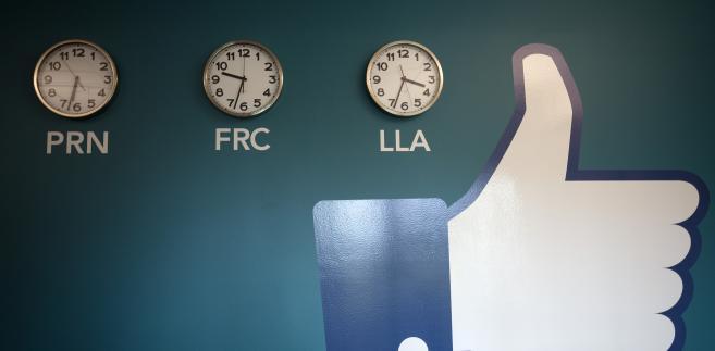 """Symbol słynnego przycisku """"Lubię to"""", zawieszony obok zegarów w nowym centrum przechowywania danych Facebook w pobliżu koła podbiegunowego w szwedzkiej miejscowości Lulea"""