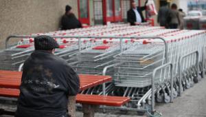 Bezrobotny, bezdomny mężczyzna przed hipermarketem w Krakowie