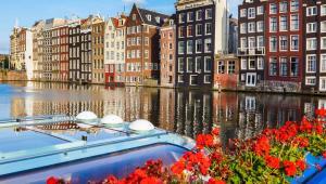 Tradycyjna holenderska zabudowa w Amsterdamie