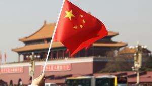 Flaga Chin na tle Bramy Tiananmen