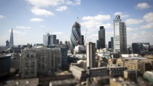 """Widok na londyńskie centrum finansowe City, kwiecień 2013. Od lewej kolejno: wieżowiec Shard, 20 Fenchurch Street znany też jako """"Walkie-Talkie"""", wieża Swiss Re – inaczej """"Gherkin"""", Tower 42 oraz Heron Tower. Fot. Simon Dawson, Bloombergs Best Photos 2013."""