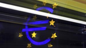 Symbol waluty Euro przed gmachem Europejskiego Banku Centralnego we Frankfurcie nam Menem.