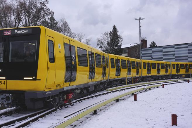 Pociąg Stadlera dla metra w Berlinie na torach odstawczych