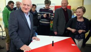 Szef SLD - Leszek Miller (L) głosuje w pierwszej turze wyborów prezydenckich w lokalu wyborczym w Warszawie