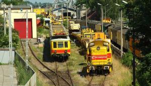 Tabor kolejowy PKP Energetyka w Tczewie, w głębi most w Tczewie