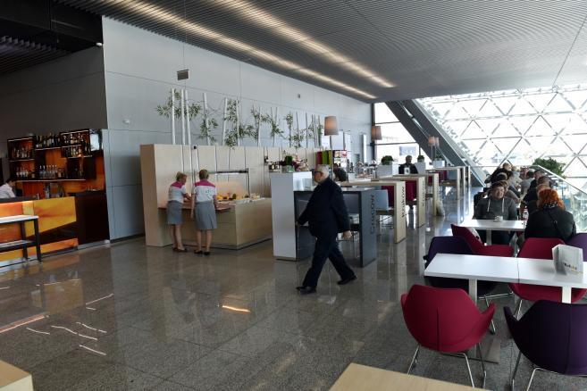 Nowy terminal na lotnisku w Balicach. Na lotnisku w podkrakowskich Balicach otwarto, 28 bm. nowy terminal pasażerski oraz nowe połączenie kolejowe łączące lotnisko z centrum miasta. (jb/cat) PAP/Jacek Bednarczyk