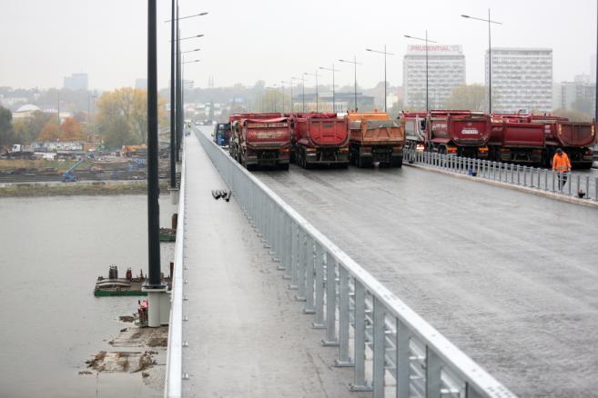 Ciężarówki na Moście Łazienkowskim w Warszawie, podczas prób obciążeniowych. Fot. (mr) PAP/Leszek Szymański