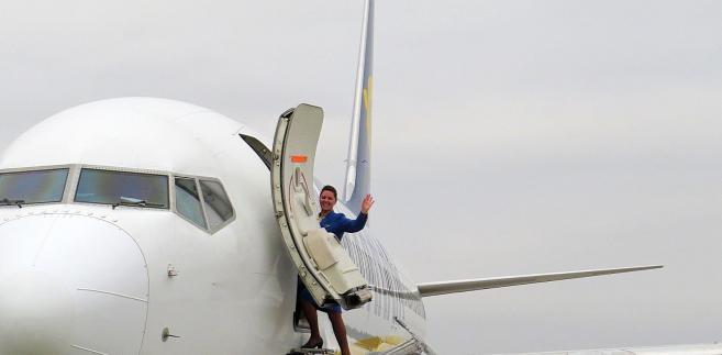 Stewardessa Ryanaira. Zdjęcie na lotnisku w Modlinie