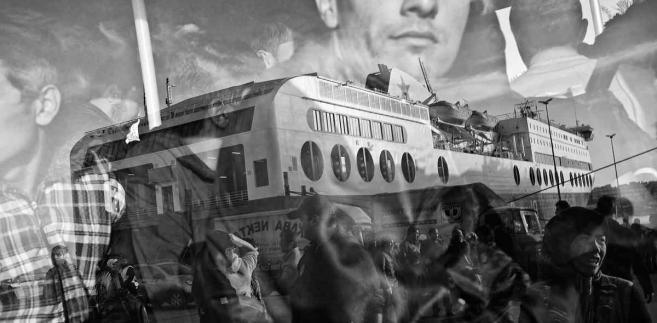 """Na zdjęciu z 17 października 2015: migranci i uchodźcy opuszczający port w Pireusie, Grecji. Zdjęcie z fotoreportażu Dawida Zielińskiego (""""Kontakt""""), dokumentującego pierwsze dni uchodźców i migrantów przybyłych do Europy, zostało wybrane Zdjęciem Roku XII Ogólnopolskiego Konkursu Fotografii Prasowej Grand Press Photo 2016 miesięcznika """"Press"""". Uroczystość ogłoszenia wyników i wręczenia nagród odbyła się 05.05.2016. w warszawskim kinie Kultura. (mr) PAP/Grand Press Photo/Dawid Zieliński """"Kontakt"""""""
