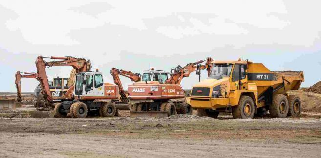 Trwa przygotowanie terenu pod inwestycję Daimlera w Jaworze, 11 bm. Ponad 100-hektarowy obszar na terenie Dolnośląskiej Strefy Aktywności Gospodarczej - S3 Jawor jest przygotowywany pod inwestycję koncernu Daimler AG, który zamierza wybudować tam fabrykę silników. (mr) PAP/Maciej Kulczyński