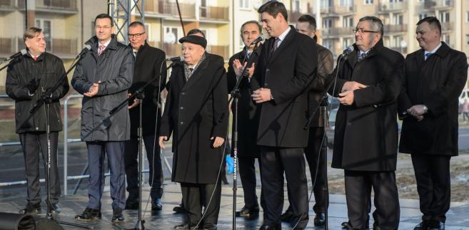 Mateusz Morawiecki, Jarosław Kaczyński i Andrzej Adamczyk podczas konferencji prasowej na temat wykonawstwa robót budowlanych w ramach rządowego programu Mieszkanie Plus.