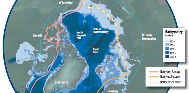 Arktyka i główne szlaki transportowe. Na różowo zaznaczono Przejście Północno-Zachodnie, na pomarańczowo - Przejście Północno-Wschodnie, na żółto (przewywana linia) - Północną Drogę Morską. Źródło: Susie Harder - Arctic Council - Arctic marine shipping assessment - http://www.arctic.noaa.gov/detect/documents/AMSA_2009_Report_2nd_print.pdf, Public Domain, https://commons.wikimedia.org/w/index.php?curid=36253405