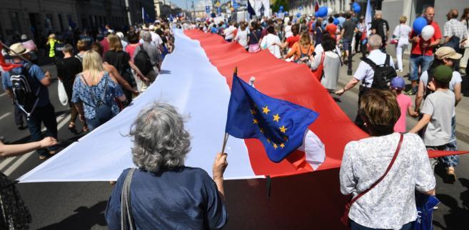 Marsz poparcia dla postulatów osób niepełnosprawnych i ich opiekunów, których protest trwa w Sejmie.