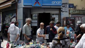 Grecy szukający okazji podczas wyprzedaży w ateńskiej dzielnicy Monastiraki
