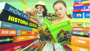 Choć wraz z niżem demograficznym liczba uczniów spada i zmniejszają się nakłady wydawanych podręczników, obroty branży rosną. W tym roku mogą dojść do 850 mln zł Maciej Jarzębiński/Forum