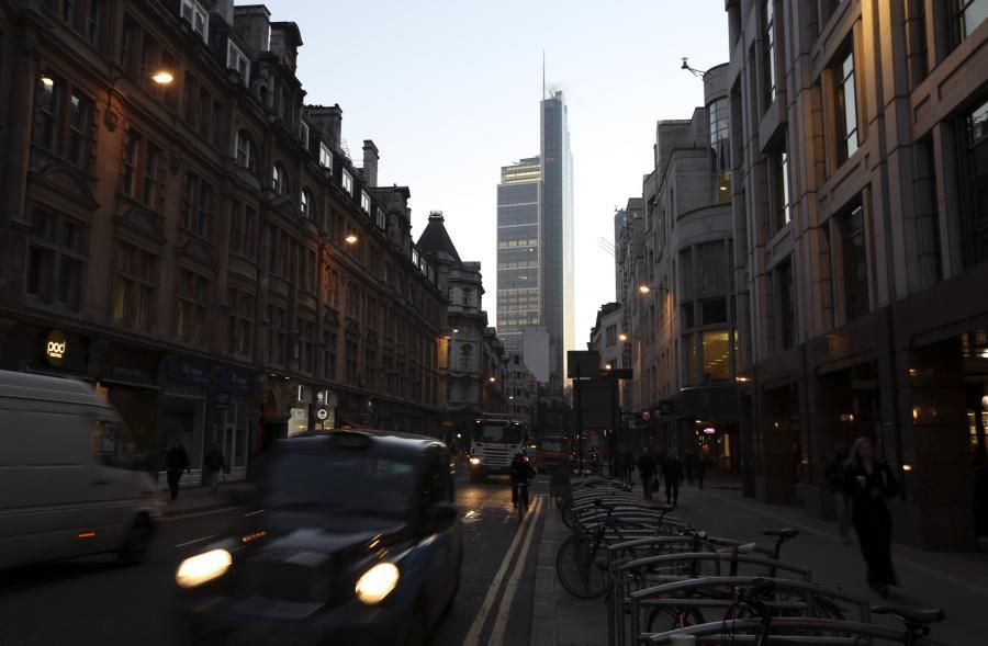 Poranny ruch uliczny w Londynie, w tle The Heron Tower, 30.11.2012