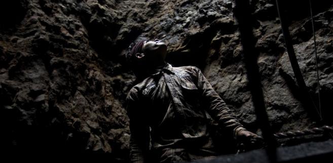Meghalaya (Indie). Górnik w szybie kopalni węgla.