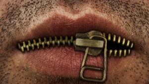 Usta zasunięte suwakiem