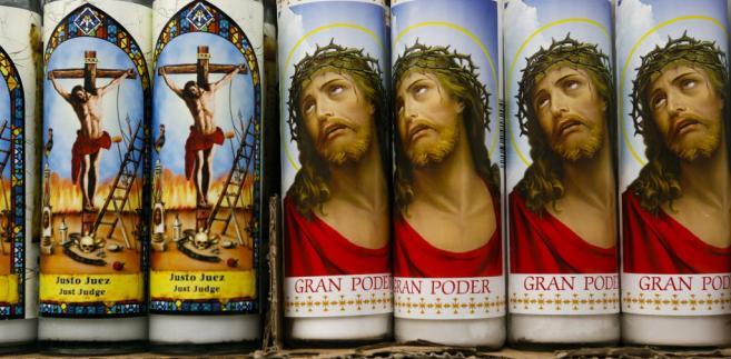 Świece z wizerunkiem Jezusa Chrystusa, San Bernardino, Kalifornia, USA. 15. lipca 2013