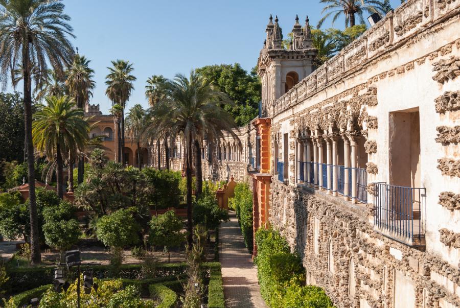 Alkazar w Sewilli - sławny pałac królewski, którego początki sięgają XI w., kiedy rezydowali tutaj przedstawiciele kalifatu kordobańskiego. Zalicza się do najwspanialszych kompleksów pałacowych w Hiszpanii