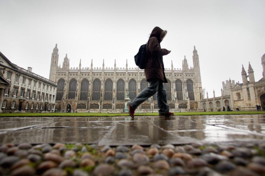 Student przechadzający się niedaleko King's College