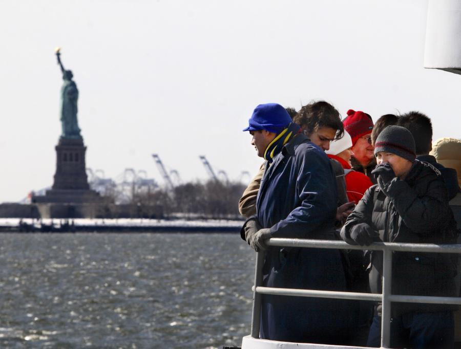Turyści płynący na wyspę na której stoi Statua Wolności