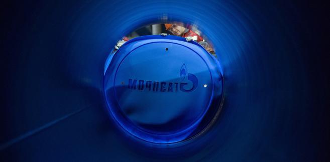 Jeden z pracowników Gazpromu zabezpiecza stalową rurę, która zostanie wykorzystana w budowie gazociągu South Stream