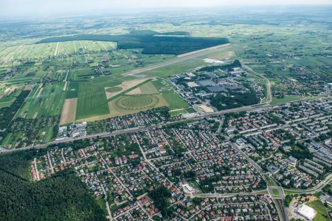 Landart na lotnisku w Świdniku (1)  fot. (ukit) PAP/Wojciech Pacewicz