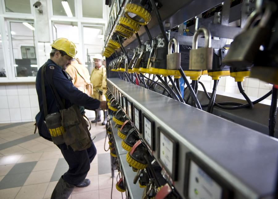 Górnik wybiera sprzęt przed zejściem do kopalni