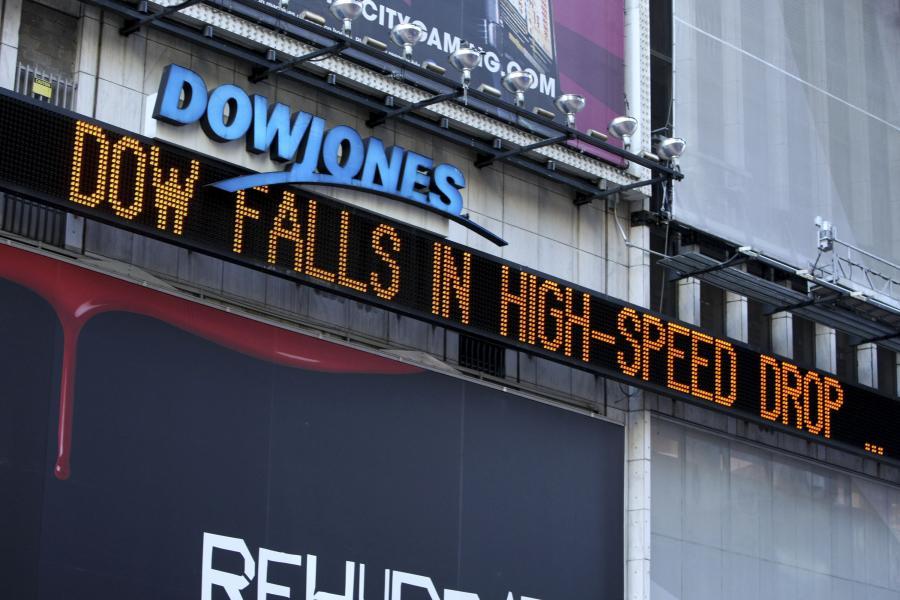 Indeks Dow Jones spada - mówi pasek informacyjny na budynku giełdy w Nowym Jorku. Fot. Bloomberg