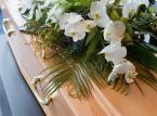 <b>Zasiłek pogrzebowy</b><br><br>  Wreszcie po śmierci osoby ubezpieczonej członkom rodziny, którzy pokryli koszt pogrzebu ZUS przyzna zasiłek pogrzebowy. Wysokość zasiłku pogrzebowego dla członków rodziny opłacających pogrzeb wynosi 4 tys zł.  <br><br>  Zasiłek pogrzebowy przysługuje także osobom, które w rzeczywistości pokryły koszty pogrzebu. W takim przypadku zasiłek przysługuje w wysokości udokumentowanych kosztów pogrzebu, nie wyższej jednak niż 4 tys zł.