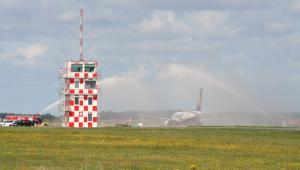 Boeing 737 Ryanaira po pierwszym lądowaniu w Modlinie w 2012 r. Na pierwszym planie kontenerowa wieża kontroli lotów
