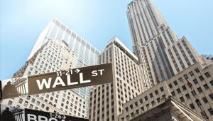 Akcje First Data zwyżkowały o 19 proc., bowiem Fiserv ogłosił, że wykupi wszystkie akcje firmy zajmującej się technologią finansową. Wartość transakcji wyniesie 22 miliardy USD lub 22,74 USD za akcję.