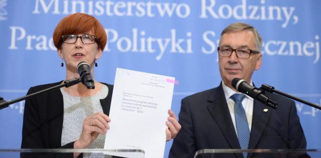 Minister rodziny, pracy i polityki społecznej Elżbieta Rafalska oraz wiceminister Stanisław Szwed podczas konferencji prasowej.