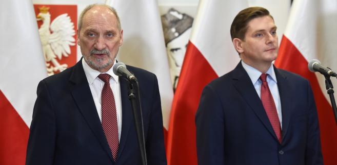 Minister obrony narodowej RP Antoni Macierewicz i wiceminister Bartosz Kownacki podczas konferencji nt. Modernizacji i Rozwoju Sił Zbrojnych RP