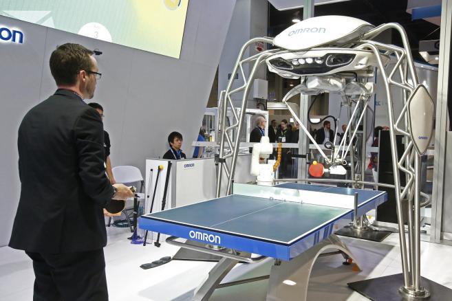 Zagrać w ping ponga z robotem. Na międzynarodowych targach elektroniki oraz nowych technologii w Las Vegas jest to możliwe. Firmy Omron zaprezentowała stół z maszyną do gry w tenisa stołowego.