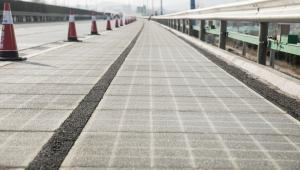 Panele słoneczne są wbudowane pod przezroczystym betonem.