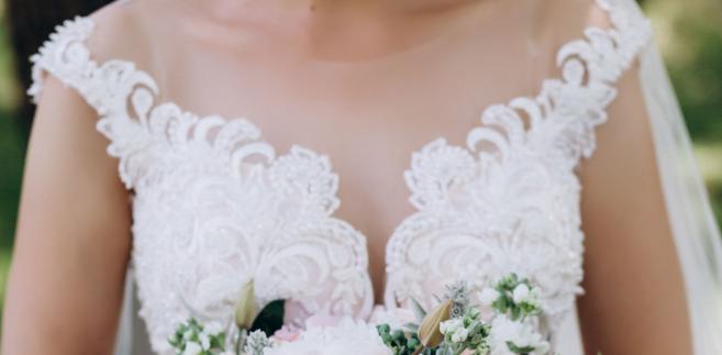dekolt suknia ślubna