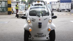 Samochód do dostarczania dokumentów cargo podczas testów w terminalu Changi w Singapurze