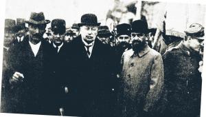 Premier Wincenty Witos, marszałek Sejmu Wojciech Trąmpczyński i poseł Stefan Sołtyk idą na nabożeństwo do warszawskiej katedry św. Jana, marzec 1921 r. fot. Polona