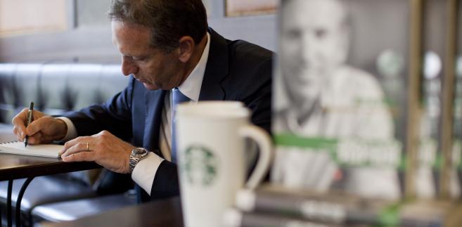 Howard Schultz, dyrektor Starbucks Crp., wewnątrz jednej z firmowych kawiarni w Szanghaju, Chiny.