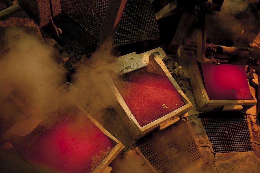Płynna miedź stygnie w h w hucie w Głogowie, fot. Bartek Sadowski/Bloomberg