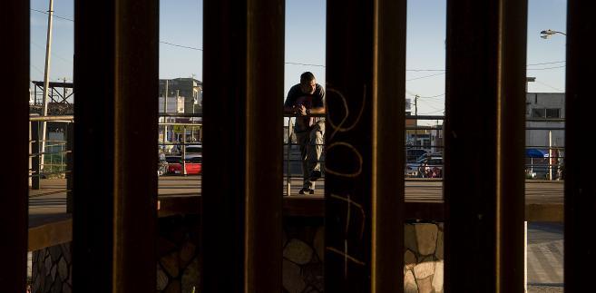 Tijuana w Meksyku widziana przez płot stawiany na granicy z USA